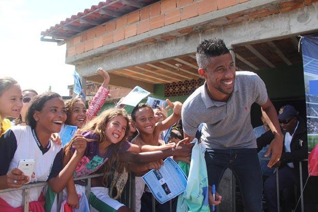 Léo Moura foi a sensação em recente visita a escolinha de futebol, no Boqueirão (Edimilson Soares)