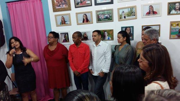 A secretária de Educação, Ana paula, presta homenagem aos professores durante a exposição (Divulgação)
