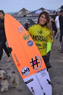 Carol em temporada de surfe na Califórnia (Divulgação)