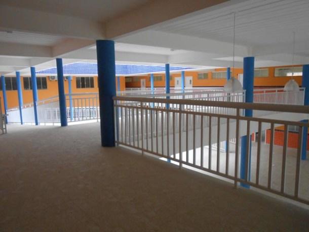 São 3.800 m2 de área construída, incluindo 20 salas de aula climatizadas, laboratórios de informática, ciências e arte, entre outros espaços de interação