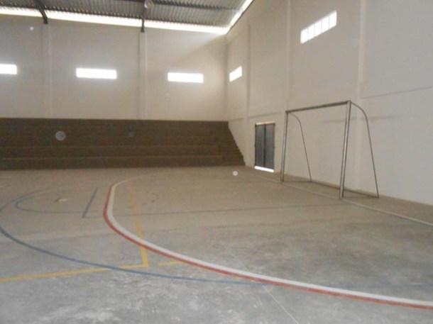 A área externa conta com quadra poliesportiva coberta, campo de futebol society com grama sintética e raia de 800 metros para a prática de atletismo