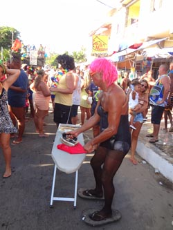 Teve fantasia pra todo gosto, até folião passando roupa, pelo menos no carnaval