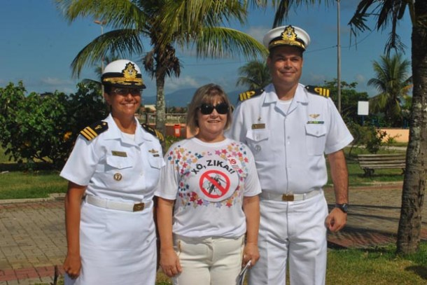 A secretária Ana Cristina com os oficiais da Base Naval (Agnelo Quintela)