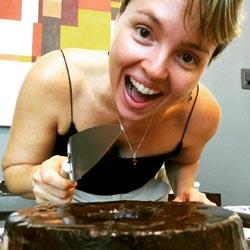 Aniversariante Lia com bolo