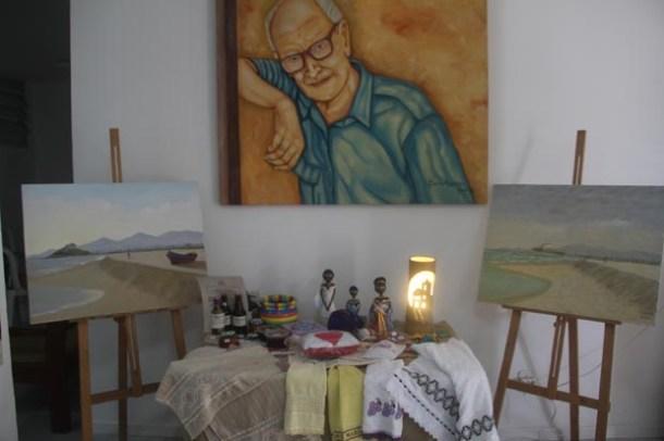 Exposição de artesanato saquaremense e quadros do artista plástico Nelson Sorama, especialista em paisagens marinhas, principalmente da Praia de Itaúna, onde mora