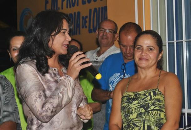 A secretária municipal de Educação e Cultura, Ana Paula, discursa na inauguração da reforma da escola do Jardim, ao lado da prefeita Franciane