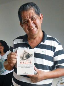 O livro do jornalista e historiador Célio Pimentel é uma grande fonte de informação sobre a ferrovia que trouxe desenvolvimento para a região. (Foto: Dulce Tupy)