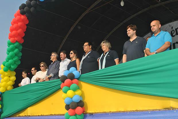 As autoridades municipais no palanque: o deputado Paulo Melo, a prefeita Franciane e a secretária de Educação de Cultura Beth Santos, entre outros
