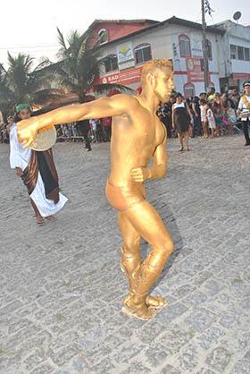 A performance artística da estátua humana encantou o público