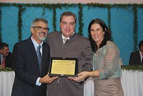 Paulo Renato com o diretor do hospital HELagos Dr. Cadu Coelho e Paula Magno