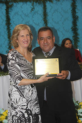 "A servidora Edna Santos, ""Honra ao Mérito"" concedido por Matheus da Colônia"