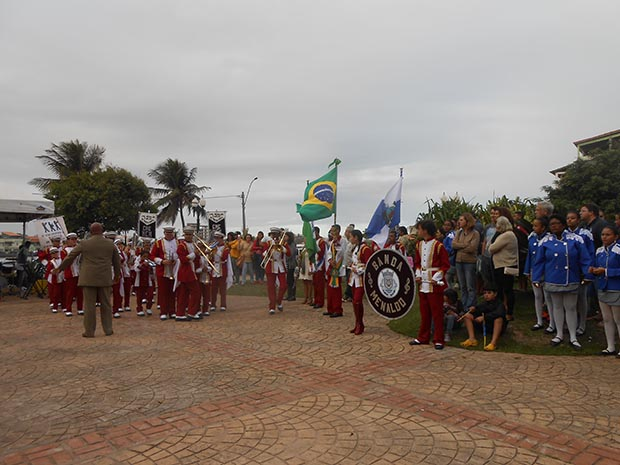 A execução do hino pela banda do Centro Municipal de Educação Menaldo Carlos de Magalhães, que funciona no bairro Alfalto Velho