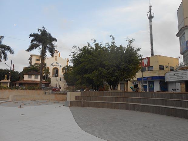 A Praça Santo Antônio em obras, com parte do pequeno anfiteatro à mostra e o jardim em fase de plantio