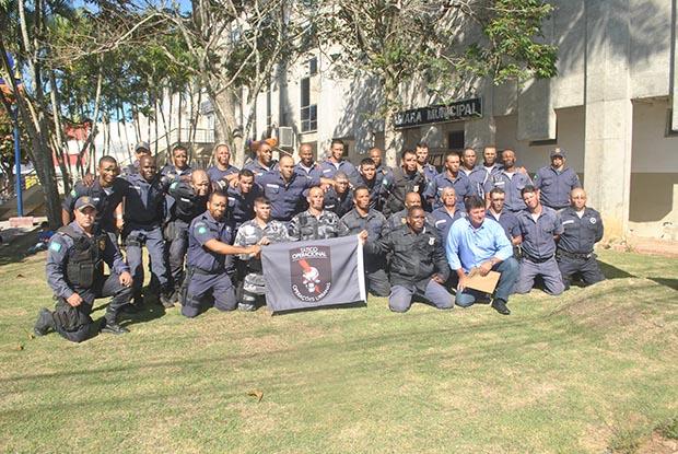 O grupo da Guarda Municipal que se formou no curso de Táticas Urbanas, realizado na sede da AMA-BarraNova (Foto: Edimilson Soares)