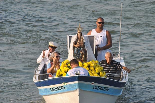A procissão de barcos na Lagoa de Saquarema com a Virgem de Nazareth