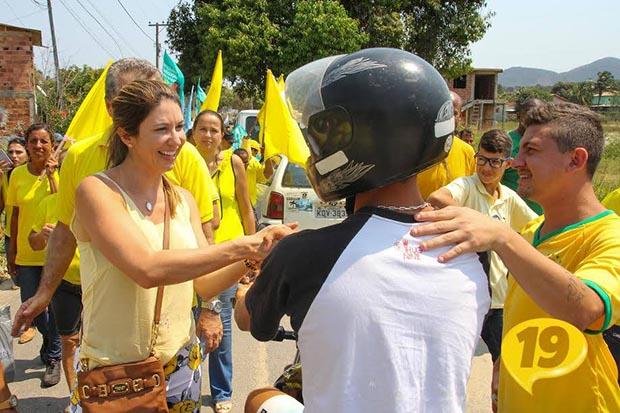 Em seu primeiro dia de campanha, a candidata que substituiu Peres faz caminhada nas ruas do Rio da Areia (Foto: Divulgação/Facebook)