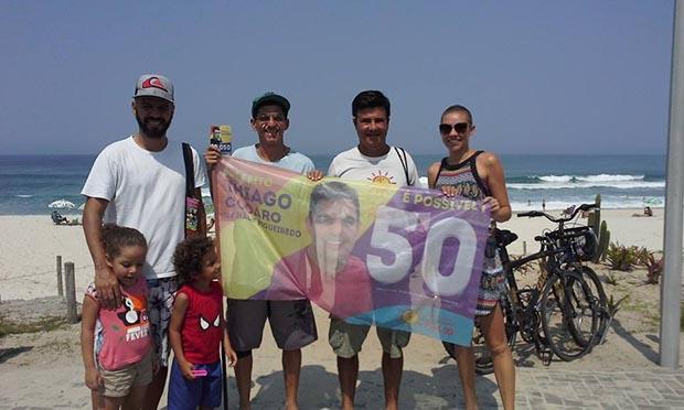Grupo do PSOL se manifestando a favor do meio ambiente, na praia, junto com o candidato a vereador professor Edson Fonseca