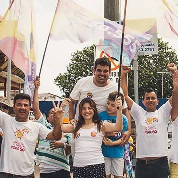 Thiago com seu grupo fiel do PSOL em Bacaxá, local já fixado pela campanha para suas manifestações