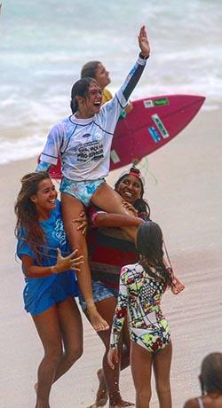 Carol Bonelli vibra com a vitória em casa (Foto: Divulgação Facebook)