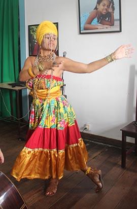 Glauce interpretando o Toque da Oxum, uma das raízes do samba