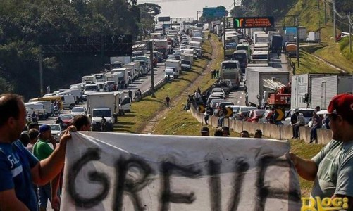 Caminhoneiros mostram como fica um país fora dos trilhos