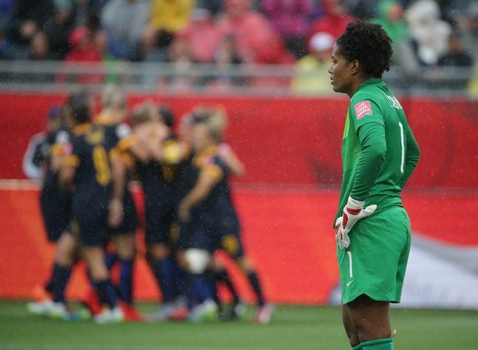 Comentaristas acreditam que a Goleiro Luciana falhou no gol australiano (Foto: Reuters)