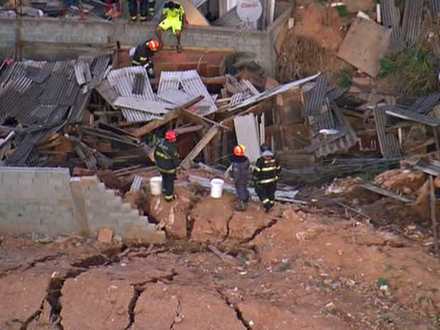 Desabamento de Terra atinge casas em Osasco