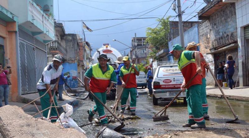 Rogério Lins visita Rochdale e acompanha mutirão de limpeza