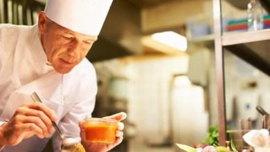 Шеф готвач приготвя доматен сос
