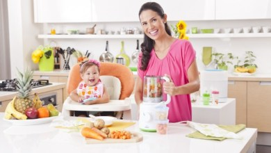 Майка приготвя бебешко пюре - домашна кухня за бебето