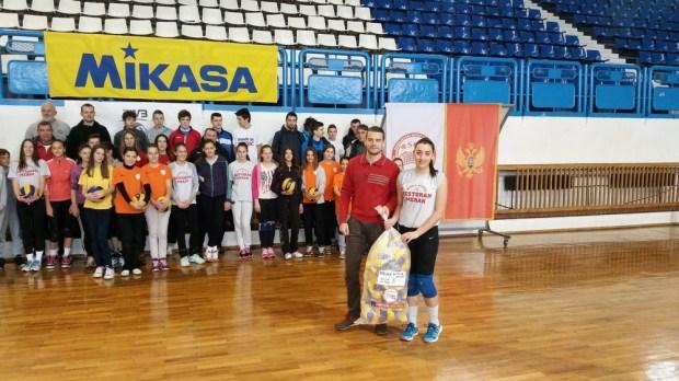 Generalni sekretar OSCG Ivan Bošković uručio lopte kapitenu Volley Stara Sanji Vukićević