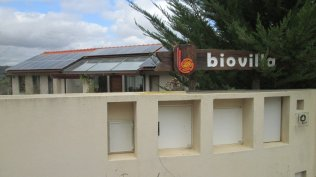 Os painéis solares bastecem a Biovilla