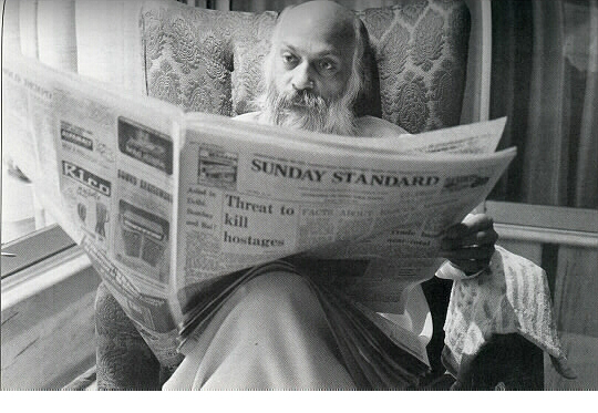 020 Osho reading the paper