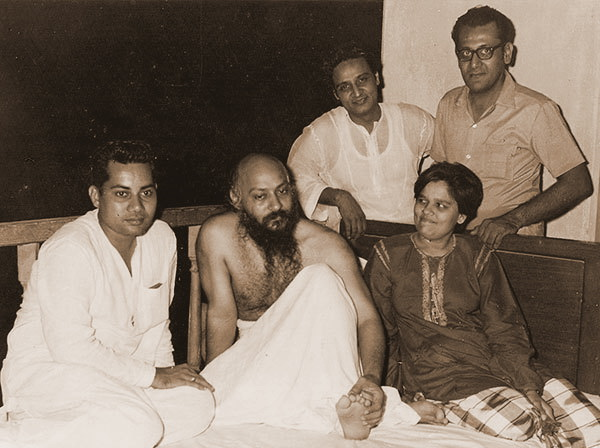 Osho-with-Laxmi-and-Laherubhai-and-friends S