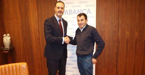 O presidente do CCA Ourense Centro, Luis Rivela e o director territorial de ABANCA en Ourense, Rubén Saavedra.