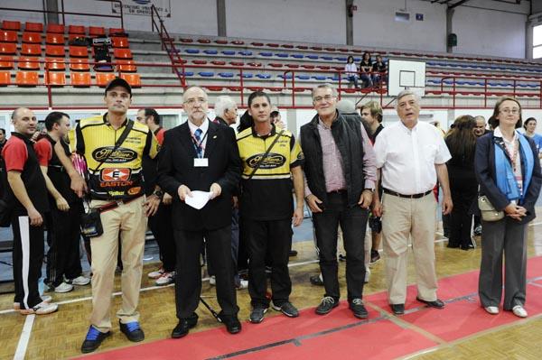 O alcalde do Barco e o concelleiro de Deportes cos tiradores e membros do club antes da entrega de premios.