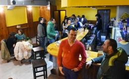 BarBudos, un local de copas, música e xogos, no Barco