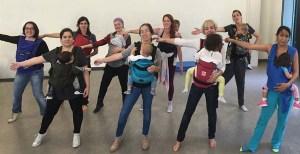 Baile para amosar os beneficios do porteo ergonómico de bebés