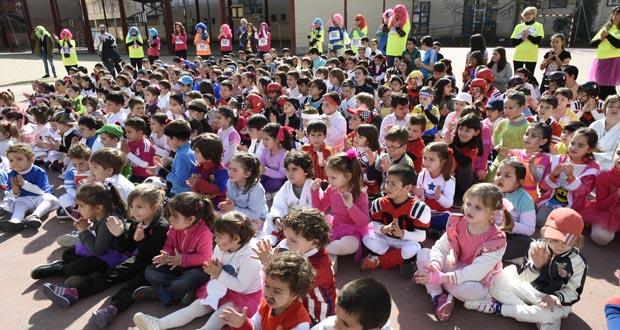 O CEIP Julio Gurriarán reivindica o pavillón coa festa de Entroido centrada no deporte