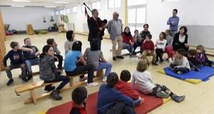 Aprendendo a tocar a gaita no colexio de O Bolo