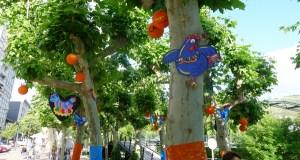 Galiñas azuis e enormes laranxas toman as árbores do Malecón do Barco