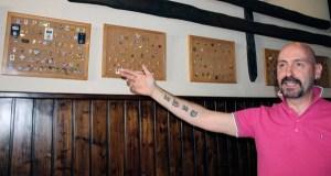 Exposición de pins na tapería Orballo, na Rúa