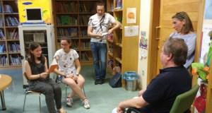 """""""A galiña azul"""" contada de xeito especial por dúas voluntarias da Biblioteca de Verín"""