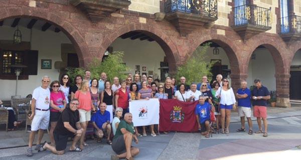 Peregrinos murcianos fan parada no Pazo do Castro rumbo a Compostela polo Camiño de Inverno