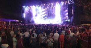 París de Noia pon o broche ás festas de San Roque cun multitudinario concerto na Rúa Vella