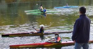 Clases de piragüismo no Sil para a base do Club Fluvial Barco, en pleno outono