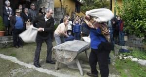 Parada de Sil recrea o proceso tradicional de preparación das castañas secas