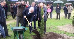 O Polígono de San Cibrao encarga ao Parlamento plantar a árbore do seu 52 aniversario
