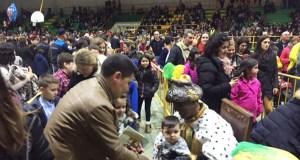 Multitude de persoas reciben aos Magos de Oriente en Verín