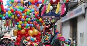 Boteiros e folións desafían á chuvia no desfile de Viana